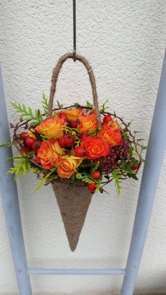 Rożek jesienny z róż i owoców dzikiej róży