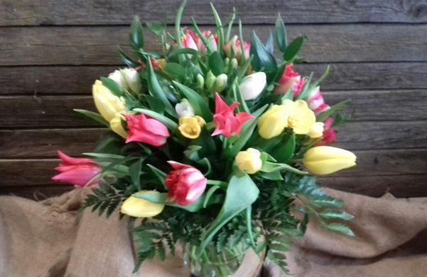 Bukiet wiosenny z frezji i tulipanów