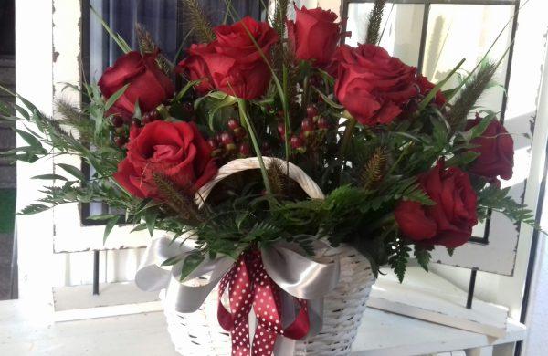 Kosz kwiatowy z róż i hipericum
