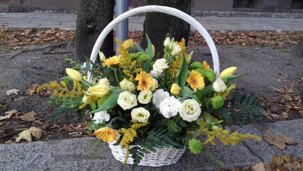 Kosz kwiatowy wiosenny zółto-biały