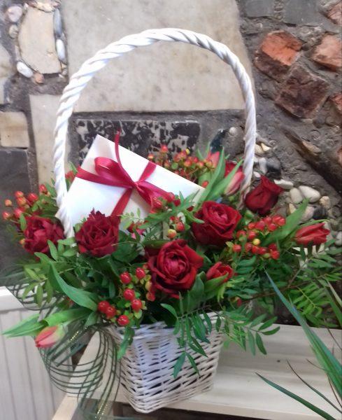 Kosz róż i tulipanów