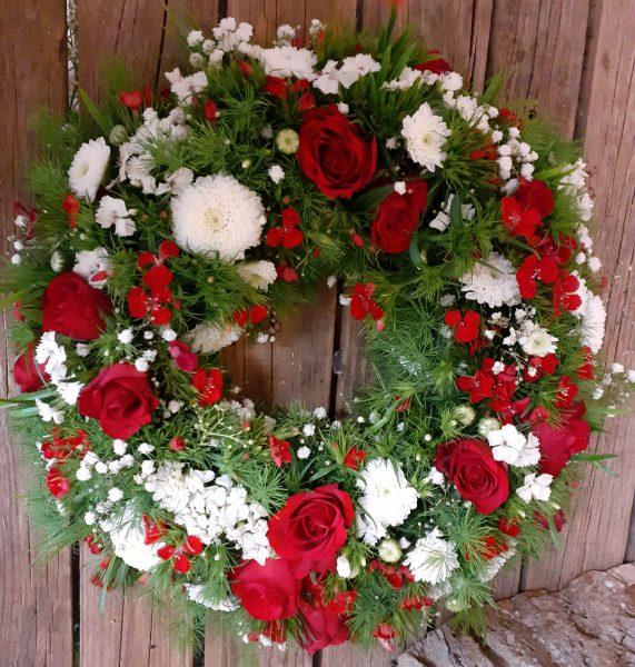 Wianek pod urnę z róż i goździków