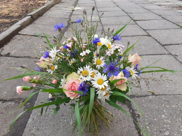 Bukiet z kwiatów polnych i róż