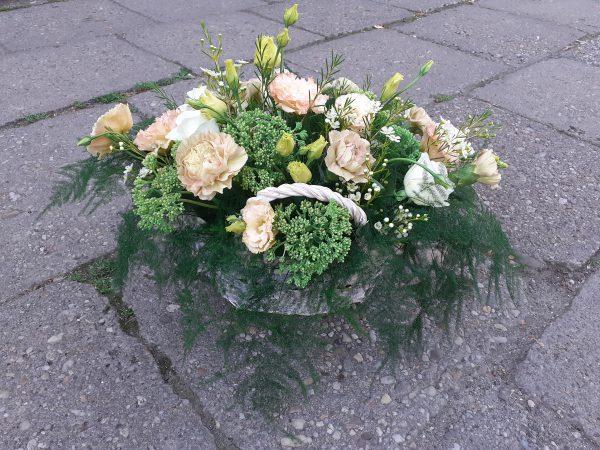 Kosz kwiatowy pastelowy z eustomy i róż
