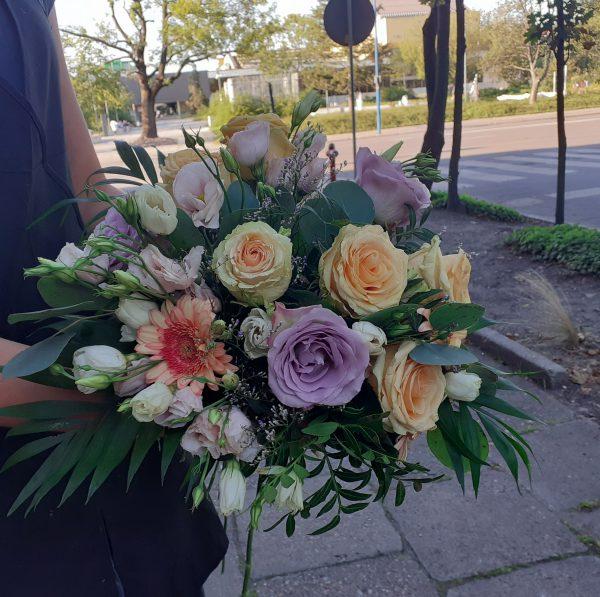 Bukiet ślubny z róż i eustomy