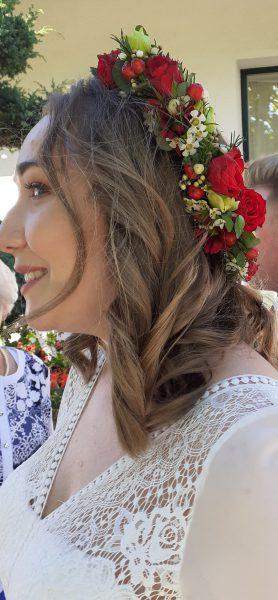 Wianek ślubny z czerwonych kwiatów