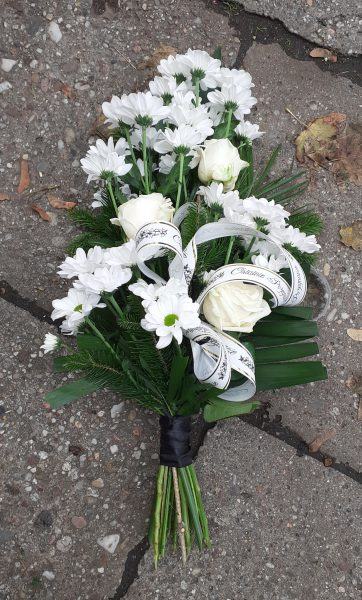 Wiązanka pogrzebowa z margaretek i róż