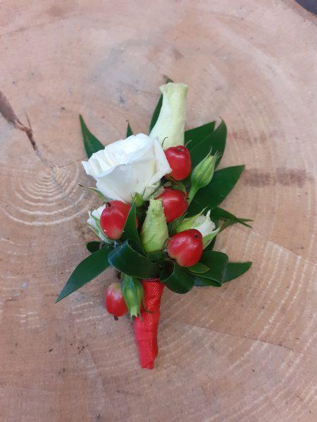 Przypinka z róż i hipericum