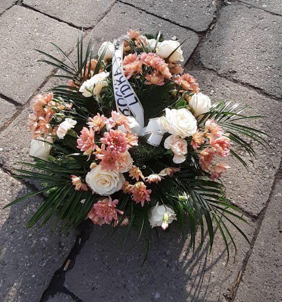 Wiązanka pogrzebowa róże i margaretki