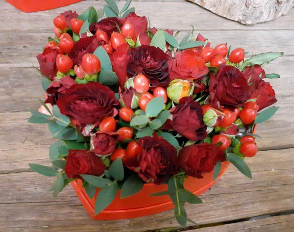 Serce z róż i hipericum