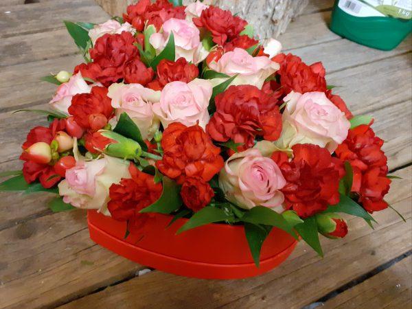 Flower box serce z goździków i róż