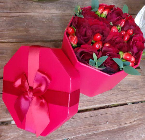 Róże w czerwonym pudełku