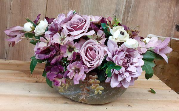 Kompozycja kwiatowa fioletowa w naczyniu