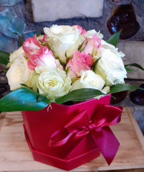 Pudełko z białymi różami