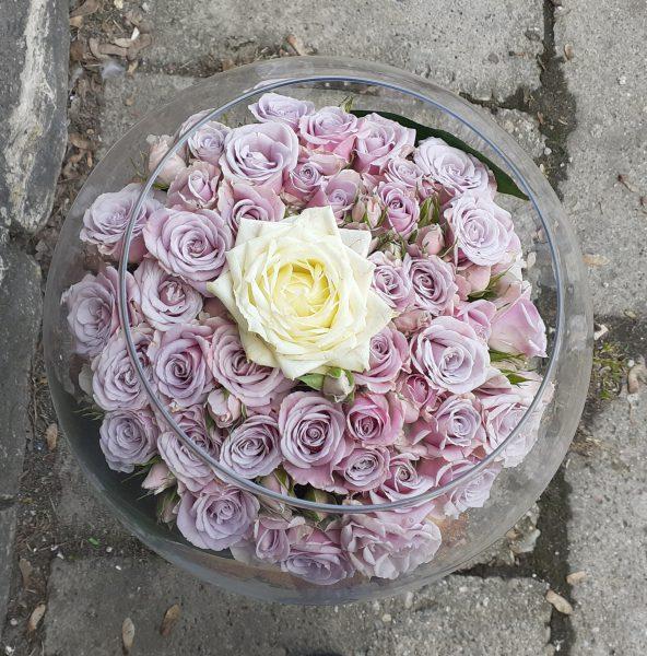 Kompozycja z róż w szkle