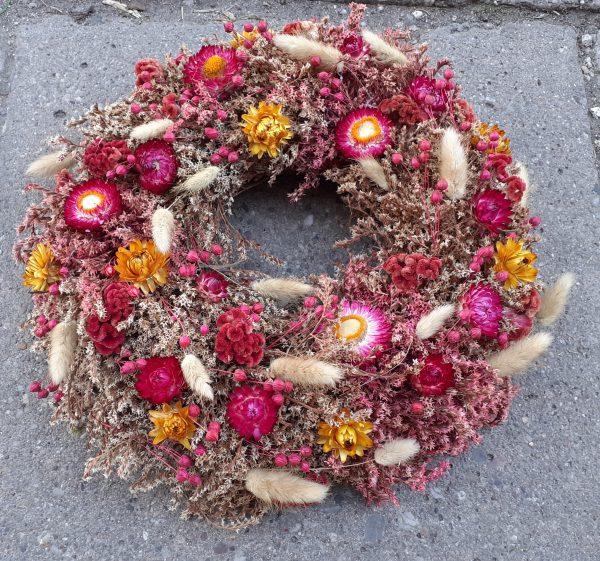 Wianek z suszonych kwiatów malinowy